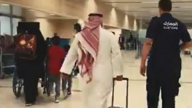 Photo of فيديو .. الجمارك السعودية تحبط محاولة تهريب 4609,7 جرام من الذهب بمطار الملك خالد الدولي بالرياض بحوزة 2 من المسافرين