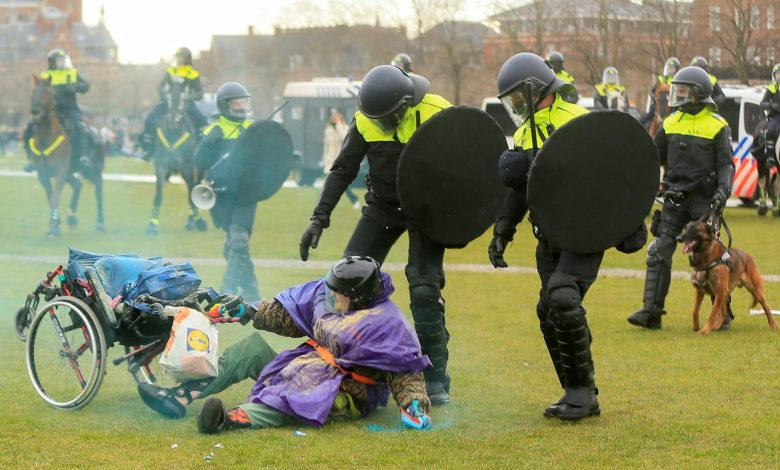 Photo of فيديو .. تجدد الاشتباكات في هولندا بسبب قيود كورونا والشرطة تعتقل أكثر من 150 شخصا