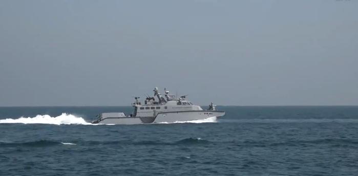 """Photo of فيديو .. جانب من التمرين البحري المختلط """"المدافع البحري 21"""" بمشاركة القوات الأمريكية والبريطانية في الأسطول الشرقي بالجبيل"""
