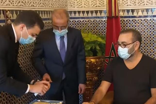 Photo of فيديو .. ملك المغرب يتلقى لقاح كورونا