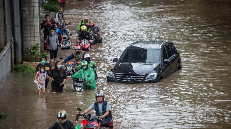Photo of فيديو .. فيضانات عارمة تجتاح العاصمة الإندونيسية ونزوح ألف شخص