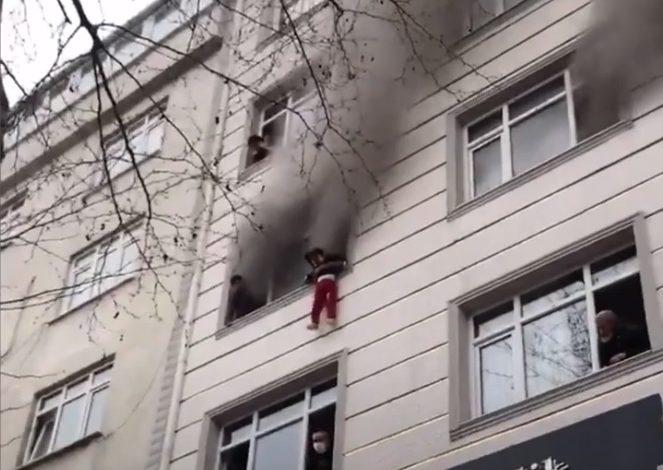 Photo of فيديو .. أنقذت أطفالها الأربعة من الحريق فألقتهم من الدور الرابع في تركيا