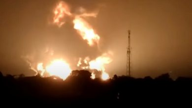 Photo of فيديو .. إصابة 5 أشخاص وإجلاء المئات جراء حريق ضخم بمصفاة نفط في إندونيسيا