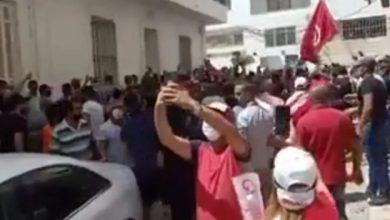 Photo of فيديو .. محتجون يشعلون النيران في مداخل مقر حركة النهضة في تونس