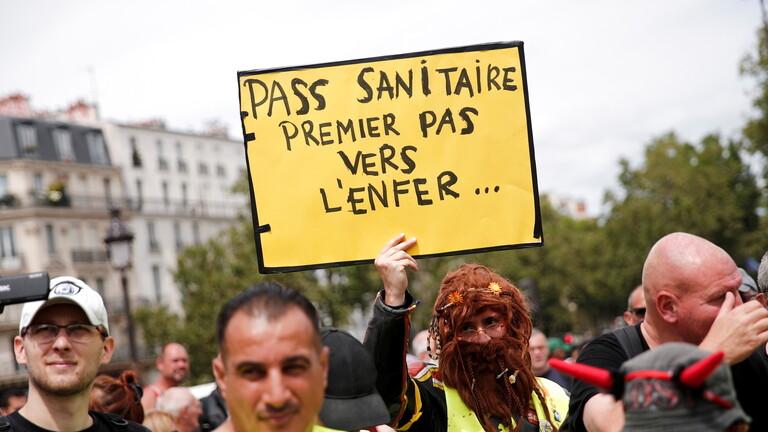 """Photo of فيديو .. احتجاجات في فرنسا تنديدا بتوسيع تطبيق """"الشهادة الصحية"""""""