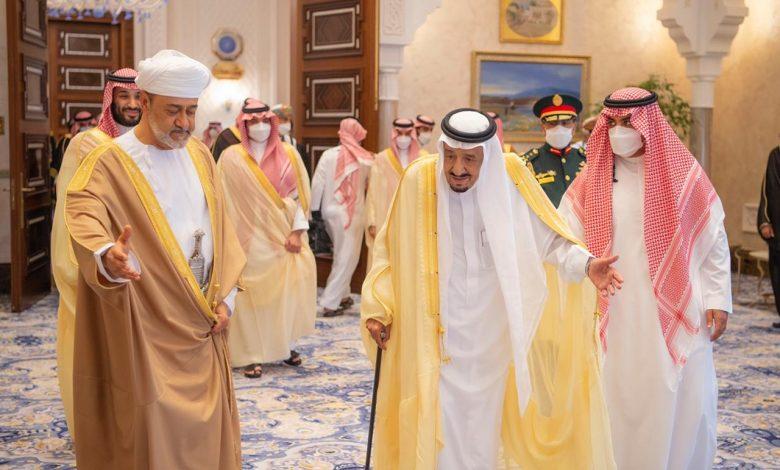Photo of فيديو .. خادم الحرمين الشريفين يستقبل في قصر نيوم سلطان عُمان الذي يقوم بزيارة دولة للمملكة