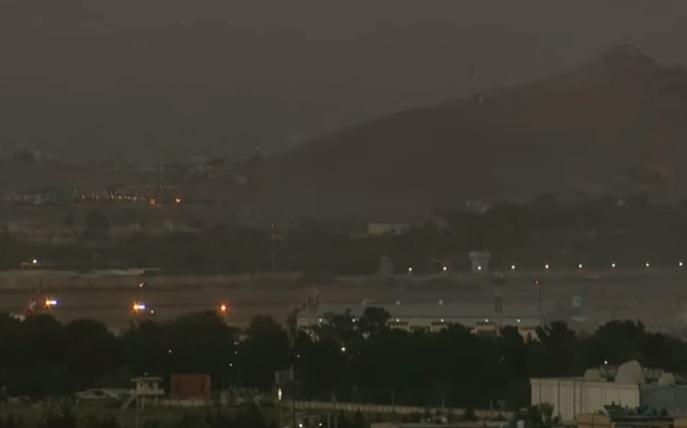 Photo of فيديو يظهر تصاعد الدخان فوق مطار كابل بعد الانفجار