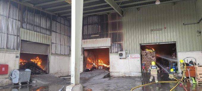 Photo of فيديو .. اندلاع حريق في مستودع بلاستيك في شارع بورسعيد بدبي