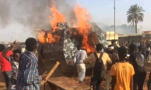 Photo of فيديو .. السودان : إضرام النار بعربة للشرطة وسط الخرطوم